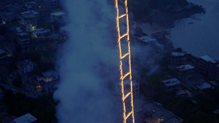 sky-ladder-the-art-of-cai-guo-qiang_filmcourage-com_post_1
